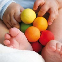 Vorschau: Holz Babyspielzeug Kugelgreifling bunt