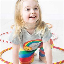 Baby T-Shirt mit süssem Regenbogen und Wölkchen