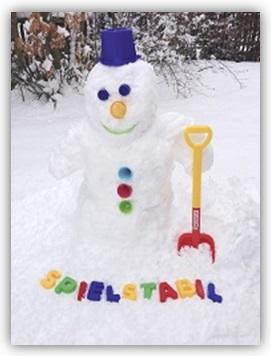 Schneemann-mit-spielstabil-Sandspielzeug