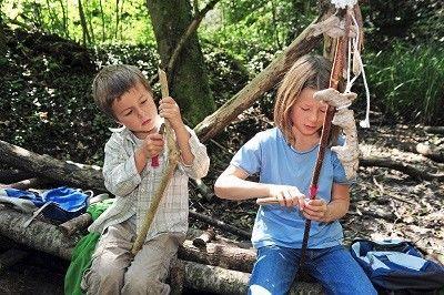 kinder-im-wald-spielen-natur-erfahren