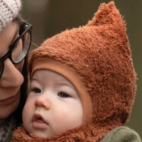 Baby Plüsch Mütze zum Binden karamell-braun