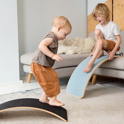 wobbel-boards-als-bruecke-und-rutsche-mit-filz