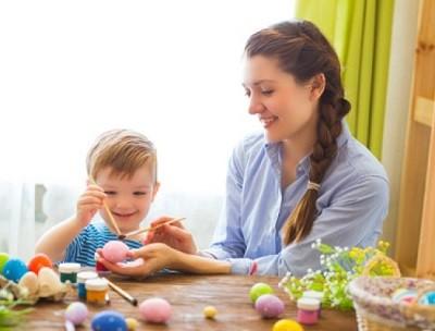 osteier-eier-faerben-mit-kindern