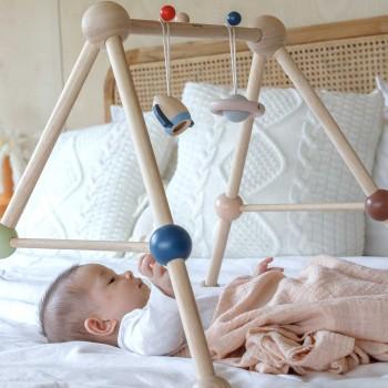 Spielbogen aus Holz für Babys – mit 2 Weltall-Greiflingen