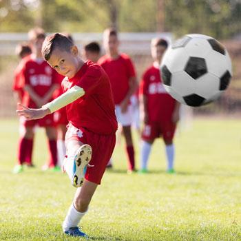 ratgeber-junge-spielt-fussball-350x350642feytRAvSY0