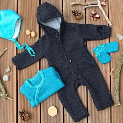 disana-wallwalk-overall-mit-babymuetze-pastell-blau-greenstories