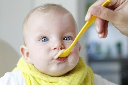 babys-besser-mit-loeffel-fuettern-statt-quetschies