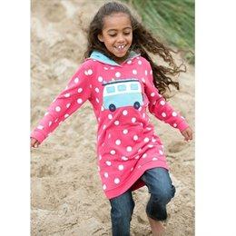 Kapuzen Pullover & Mädchenkleid in einem Outfit von frugi