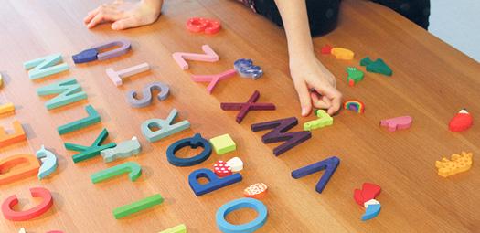 grimms-holzbuchstaben-alphabet-lernspielzeug